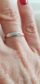 Обручальное колечко с бриллиантами и белым покрытием.
