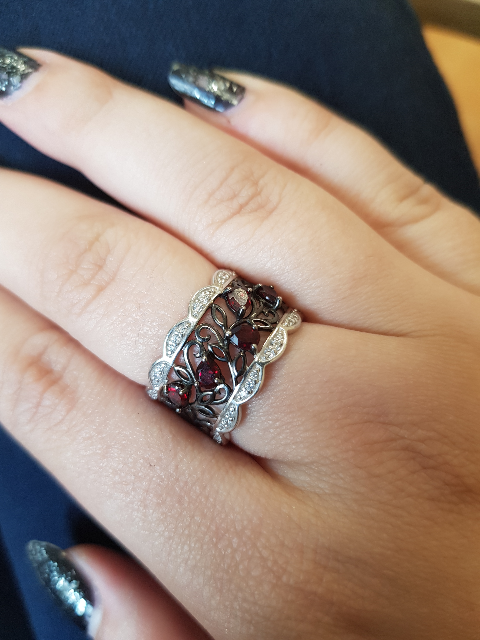 Замечательное кольцо, очень изящное и подчеркивает длину пальцев)))