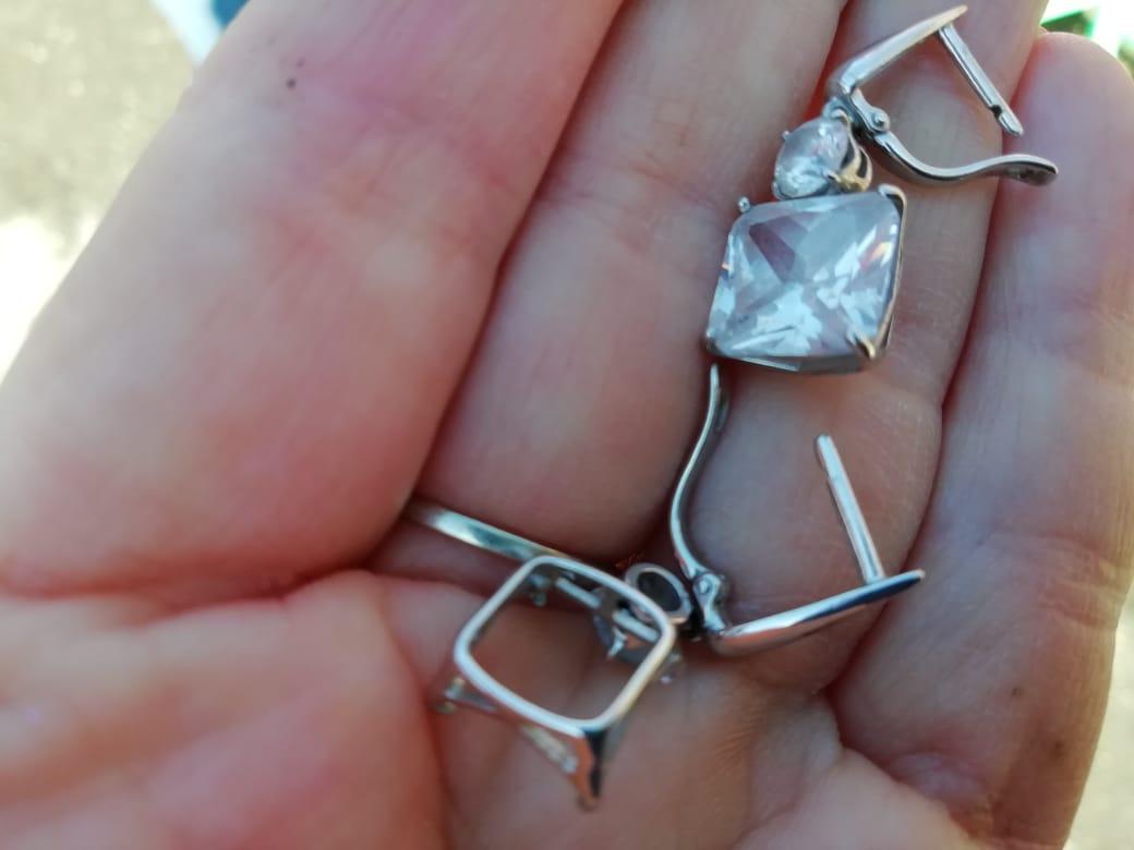 Красивые серьги но носились всего 2 месяца. камень выпал и потерялся.