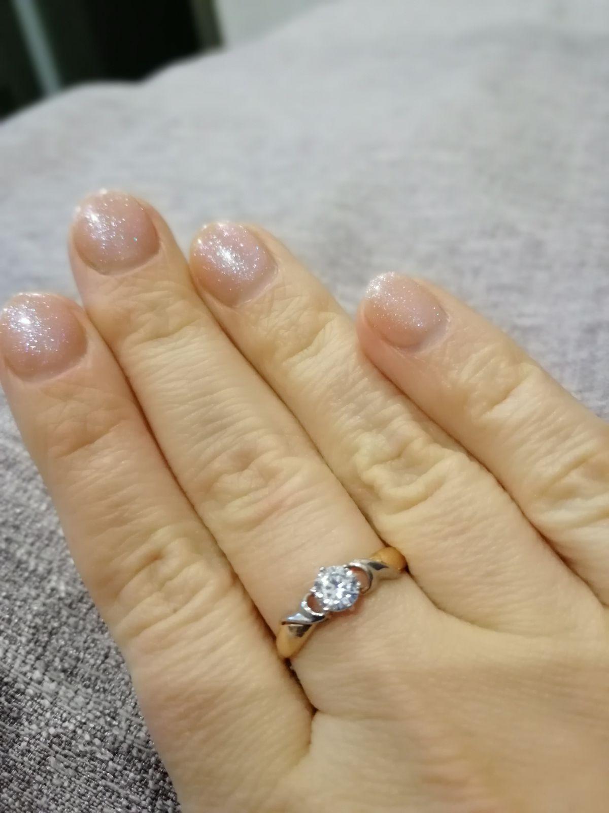 Очень нежное кольцо с красивым фианитом и белым золотом