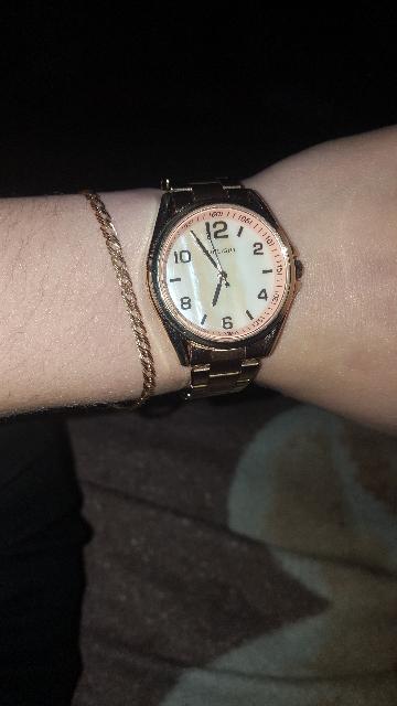 Отличные часы,но золотое напыление немного стирается но время носки