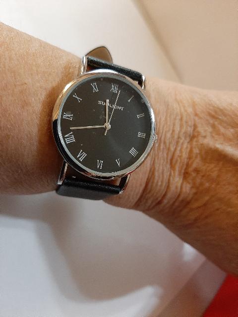 Женские часы на черном циферблате с черным кожанным ремешком.