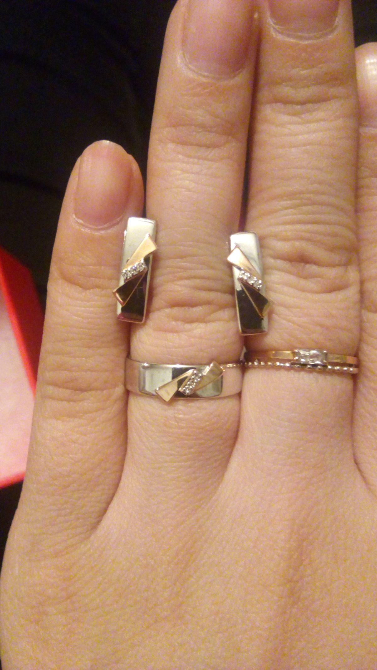 Очень красивый комплект! Толстое кольцо и сережки, при этом очень удобные.