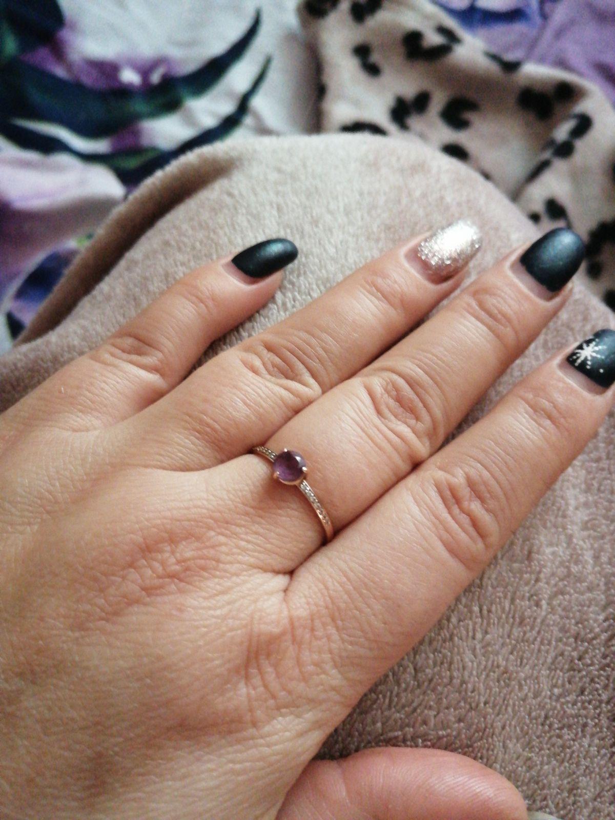 Кольцо с камнем.