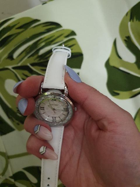 Часы с белым ремешком и кристаллами