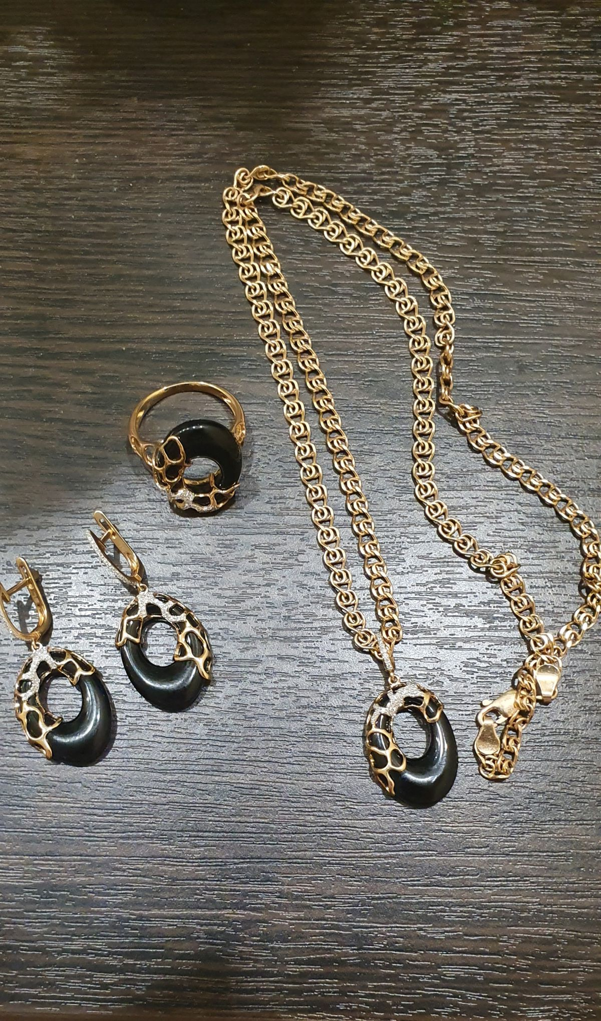 Золотые серьги с ониксом и бриллиантами.