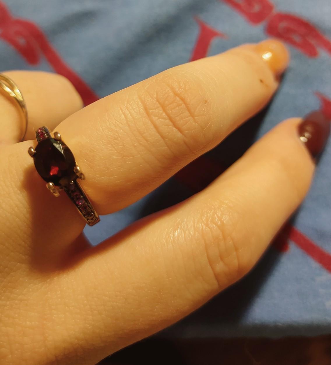 Купил кольцо любимой.
