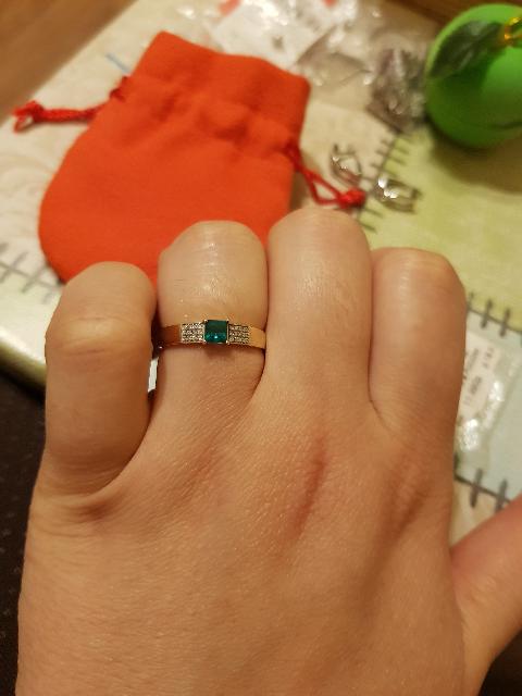 Золотое кольцо с изумрудом искусственным и бриллиантами