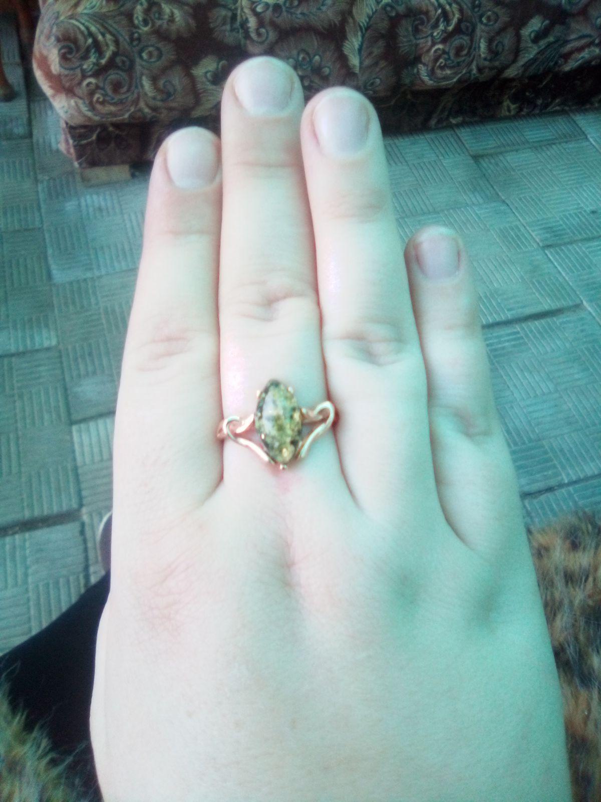 Кольцо с зелёным янтарём