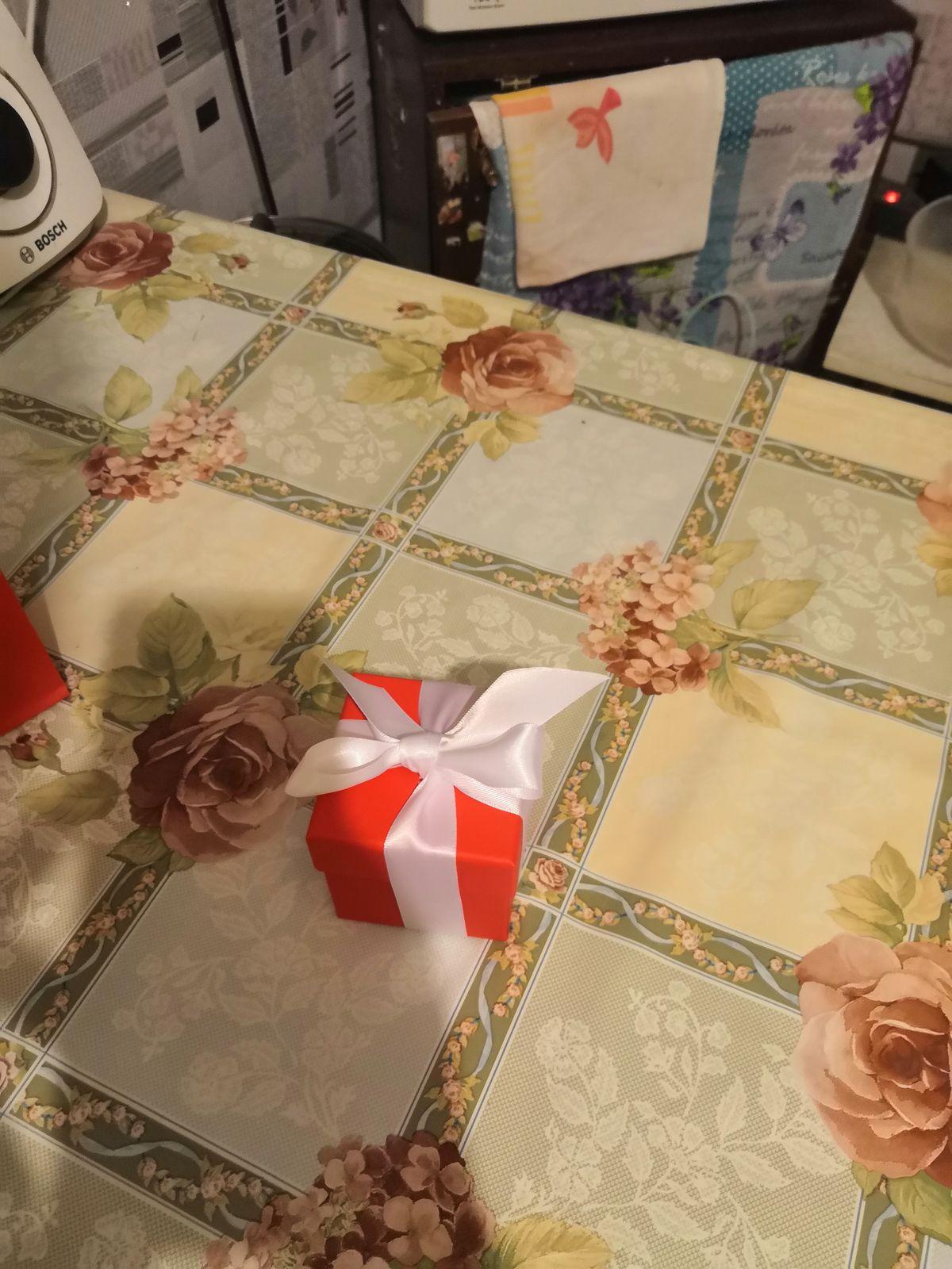 Купил серьги для подарка