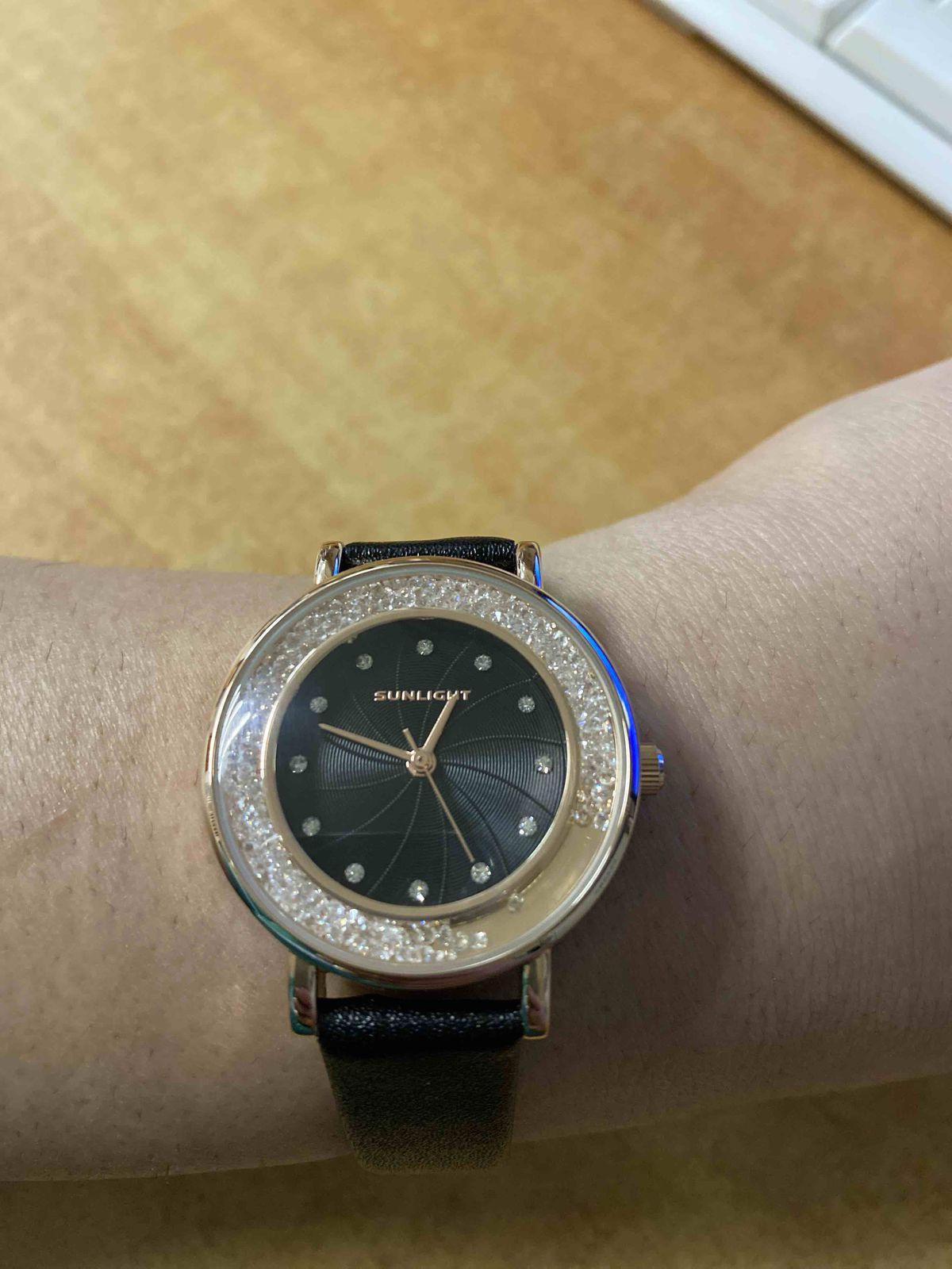 Наручные часы на черном ремесшке просто супер мне гравится я вдюбилалсь