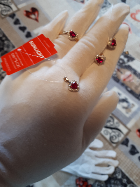 Золотое колечко с рубином и бриллиантами ввиде сердечка.