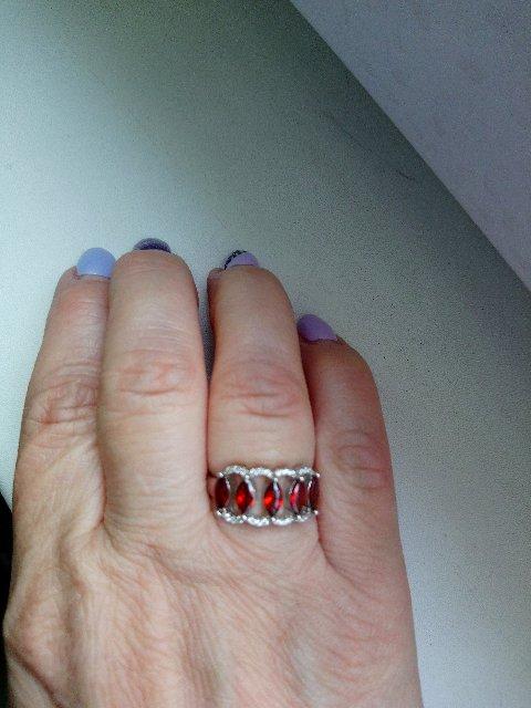 Очень красиво смотрится на пальце, солидно, камни сверкают, 30+