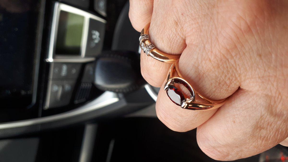 Бомбическое кольцо с гранатом.