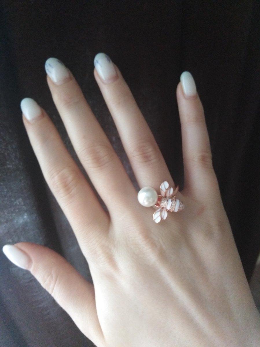 Нежно смотрится на пальце, удобное и лёгкое!