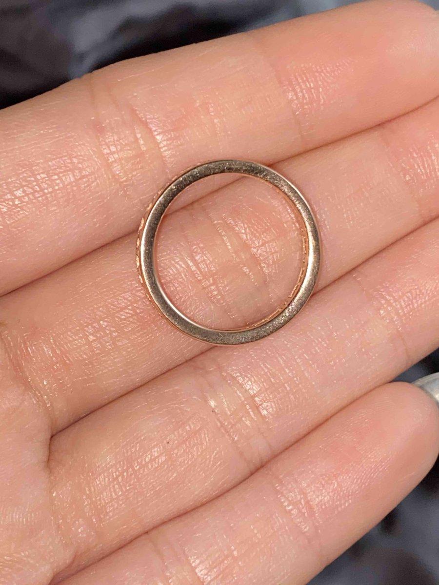 Украшение: кольцо.