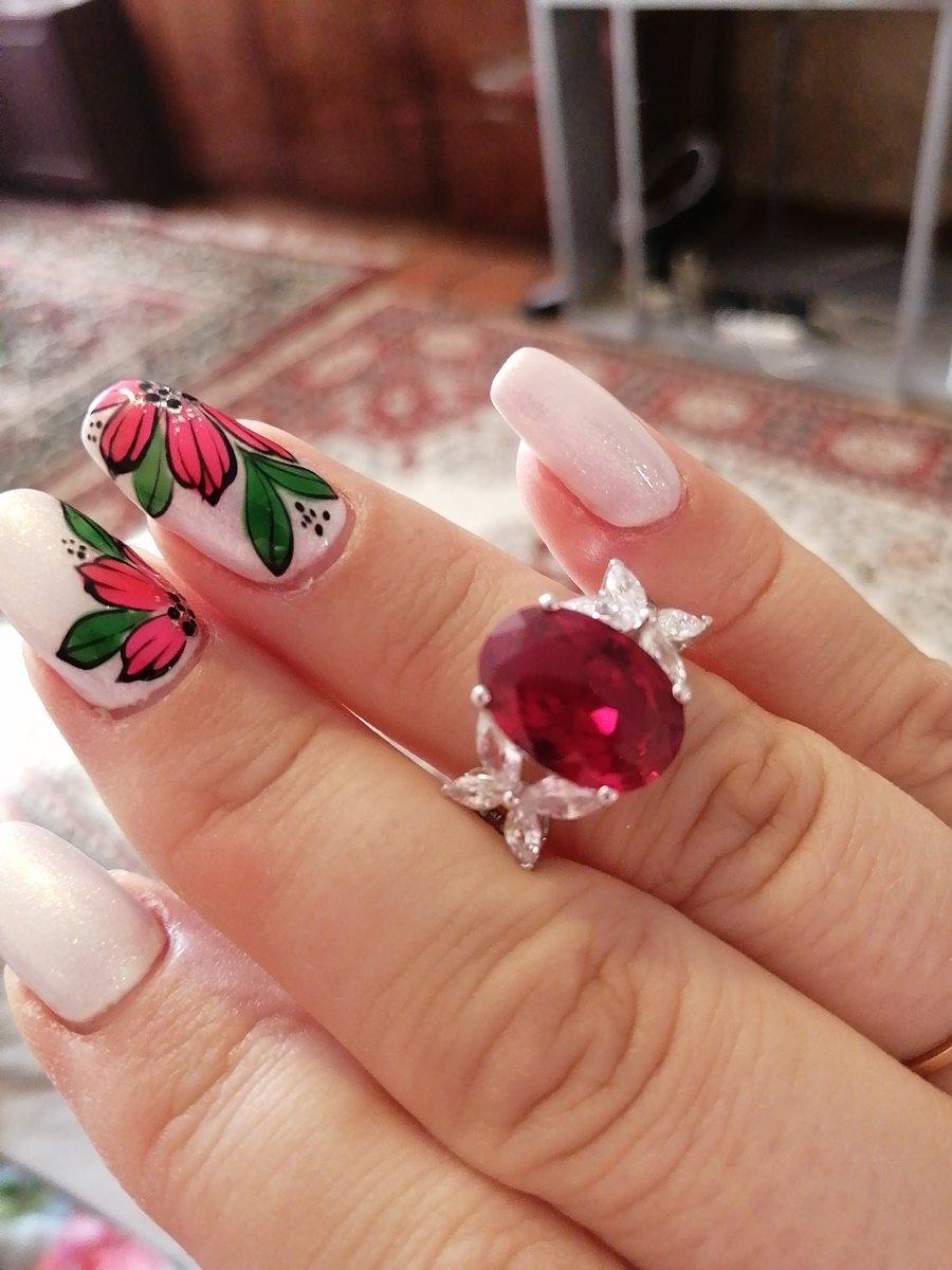 Серебряное кольцо с рубином и фианитами.