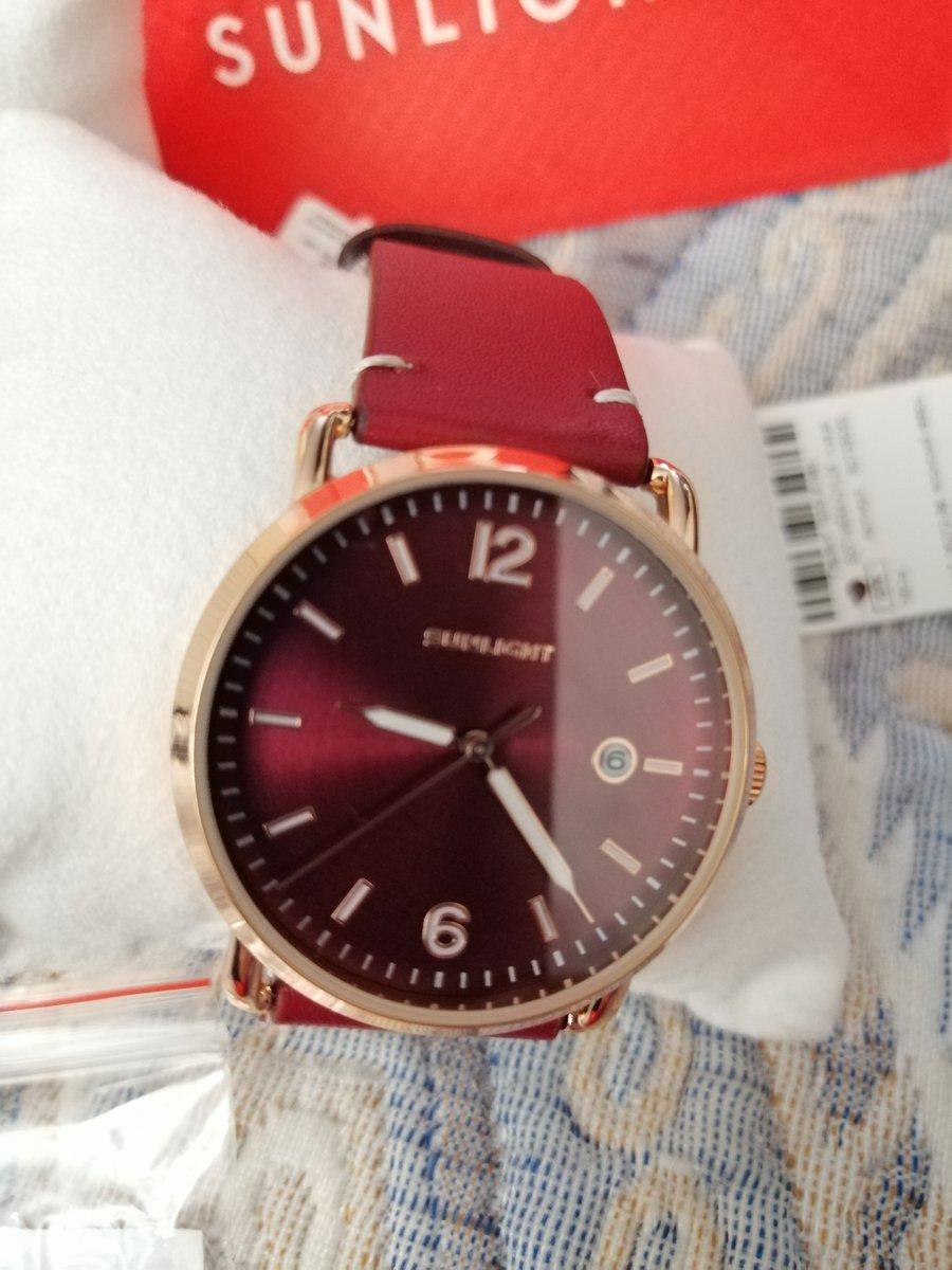 Часы с ремешком бордового цвета