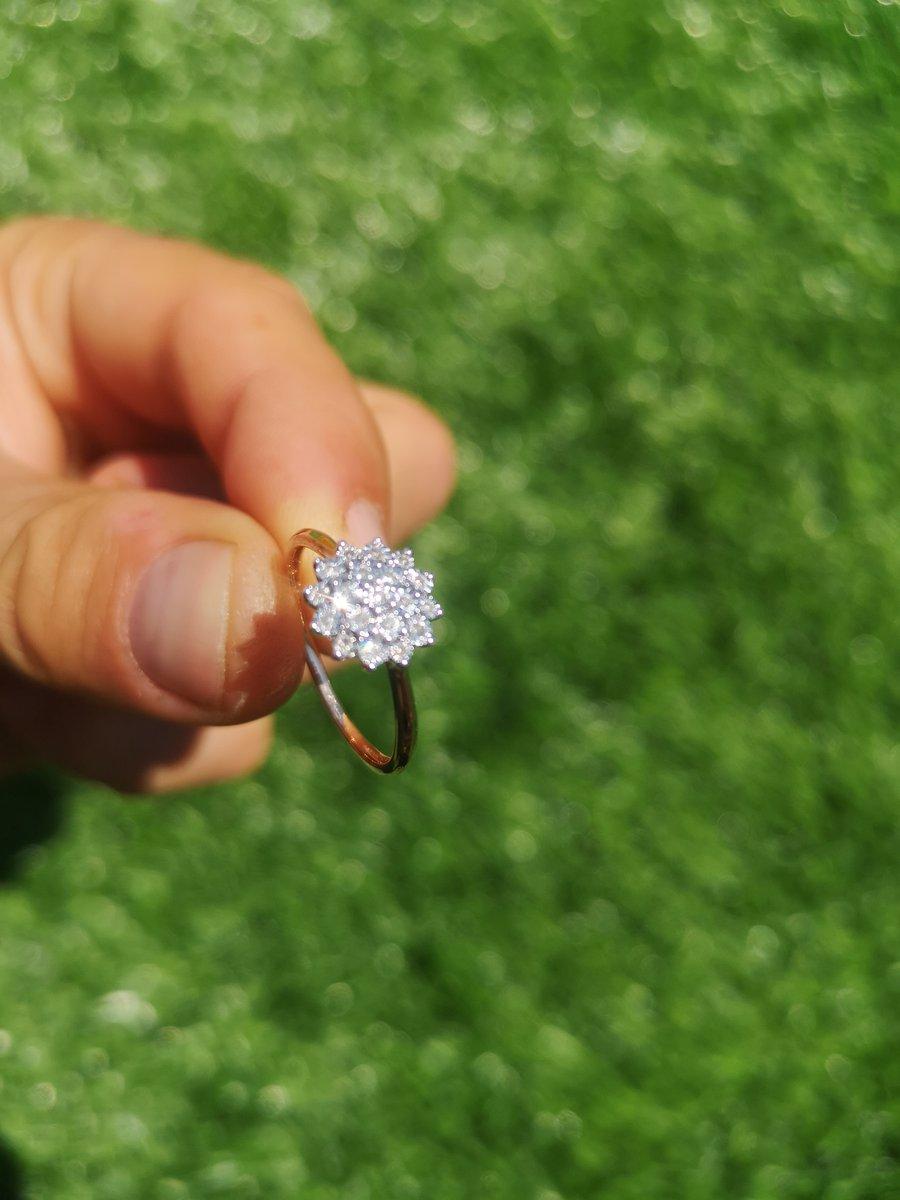 Хорошее кольцо, красиво смотрится и сверкает на пальце жены).