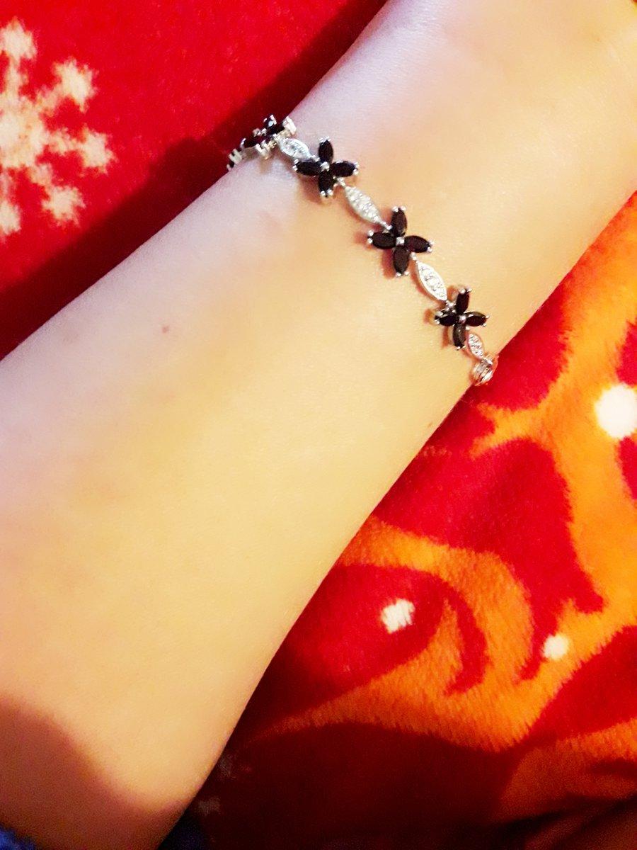 Очаровательный и женственный браслет с гранатами и фианитами