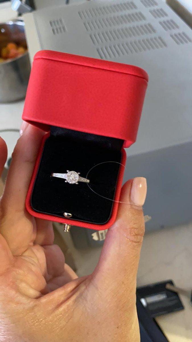 Кольцо очень красивое, супруга оценила подарок. С доставкой проблемы