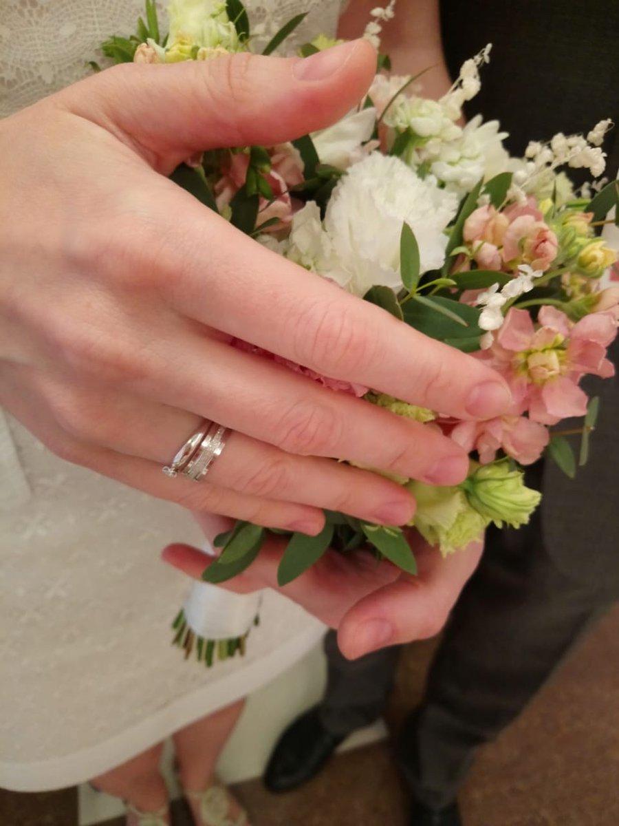 Яркое обручальное кольцо