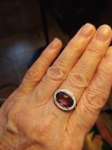Прекрасное кольцо с аметистом и фианитами.