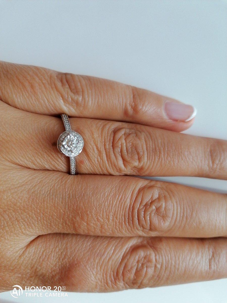 Первое колечко с бриллиантом.