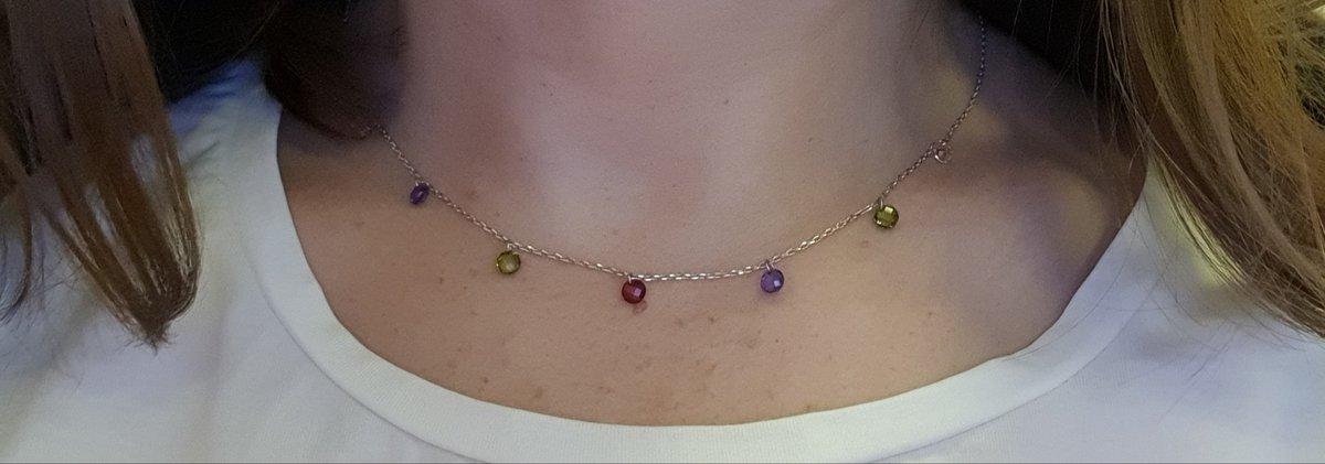 Шейное украшение с разноцветными маленькими камнями