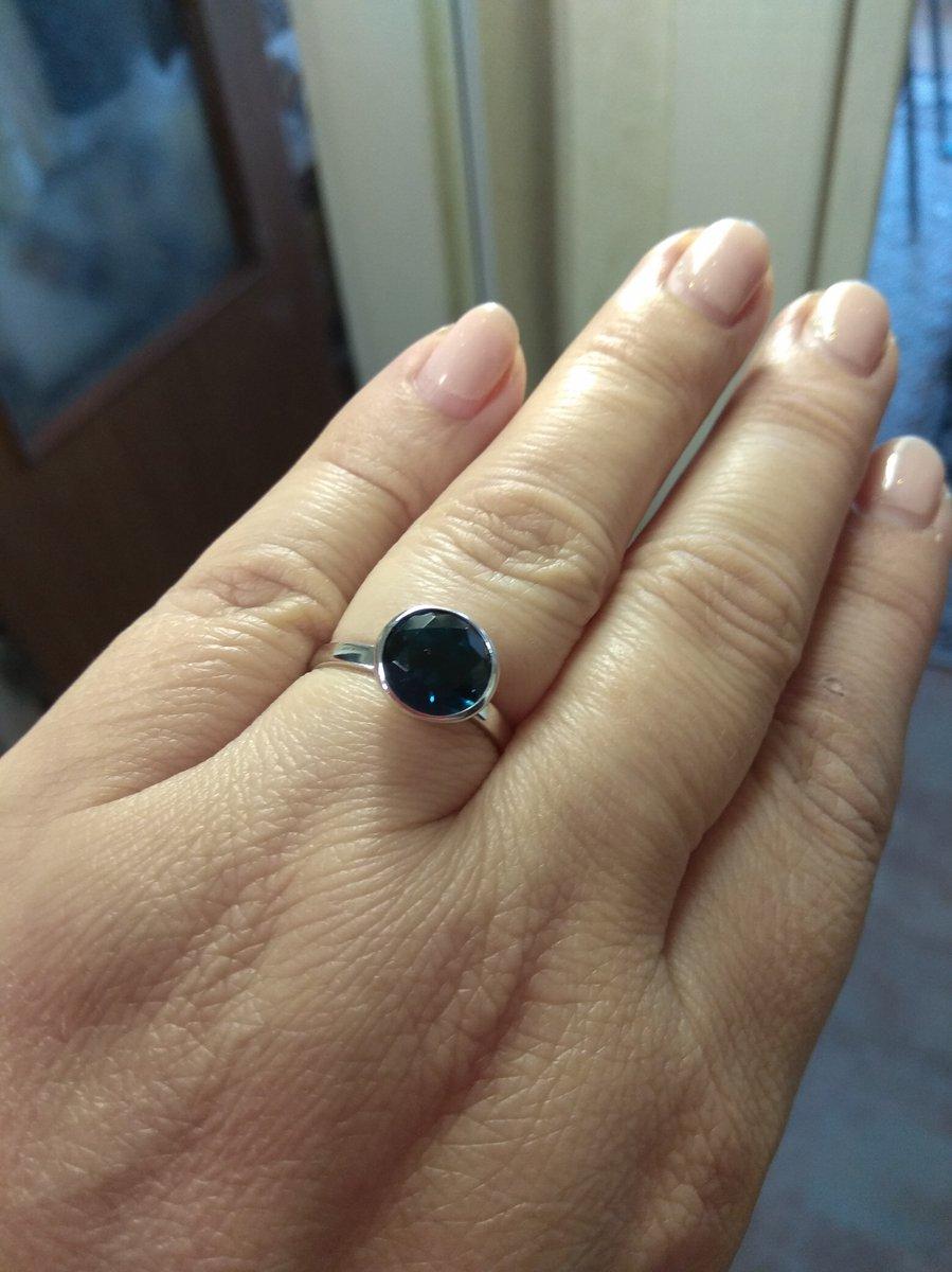 Кольцо с синим фианитом. Строгое и в то же время праздничное. Глубокий цвет