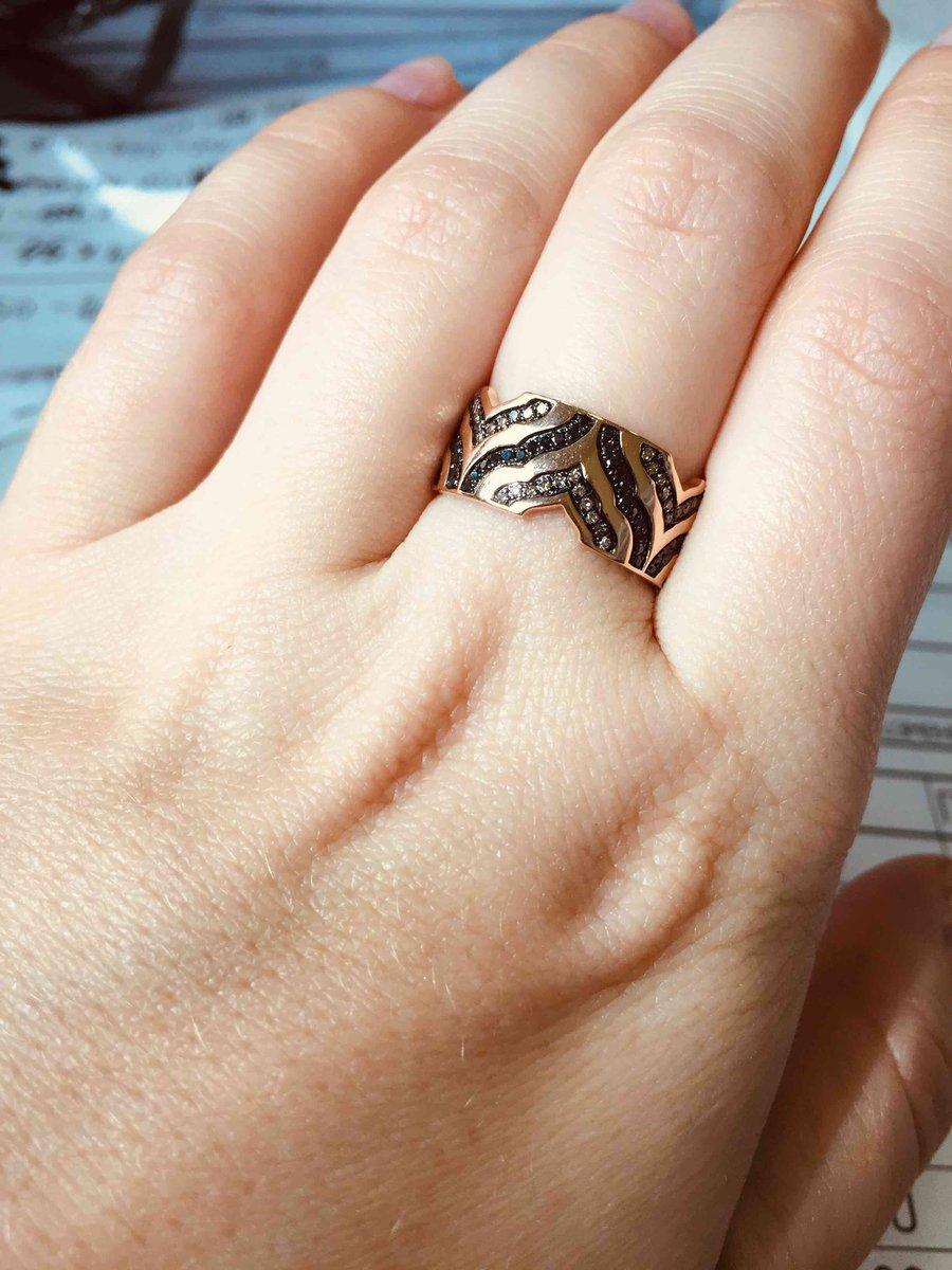 Необычное кольцо с коньячными бриллиантами