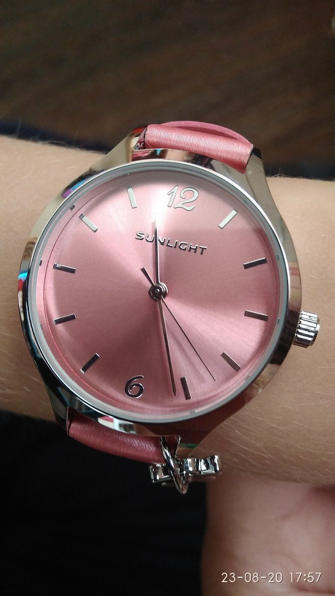 Часы классные!ремешок плотный, переливается, хорошо сделан хоть и не кожа.