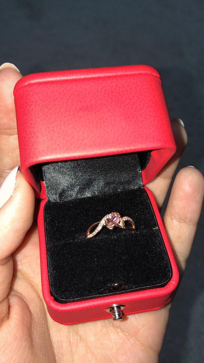 Купил кольцо для девушки.