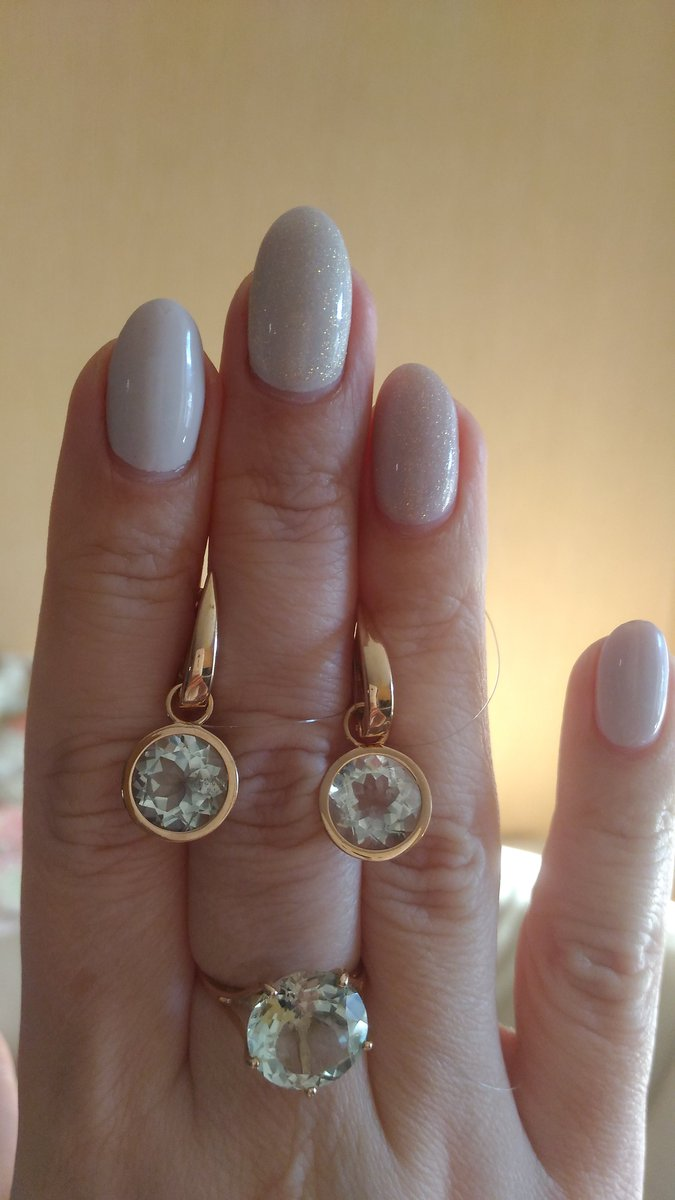 Золотое кольцо с зеленым аметистом.