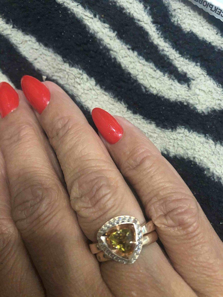 Кольцо с ярким камнем