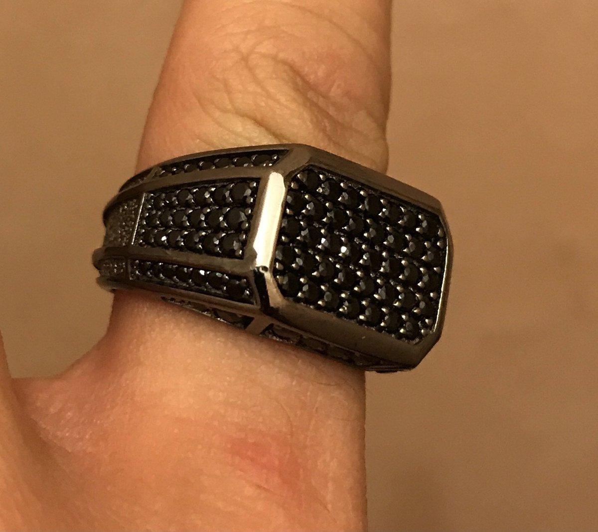 На моих пальцах кольца- мне не нужен маникюр