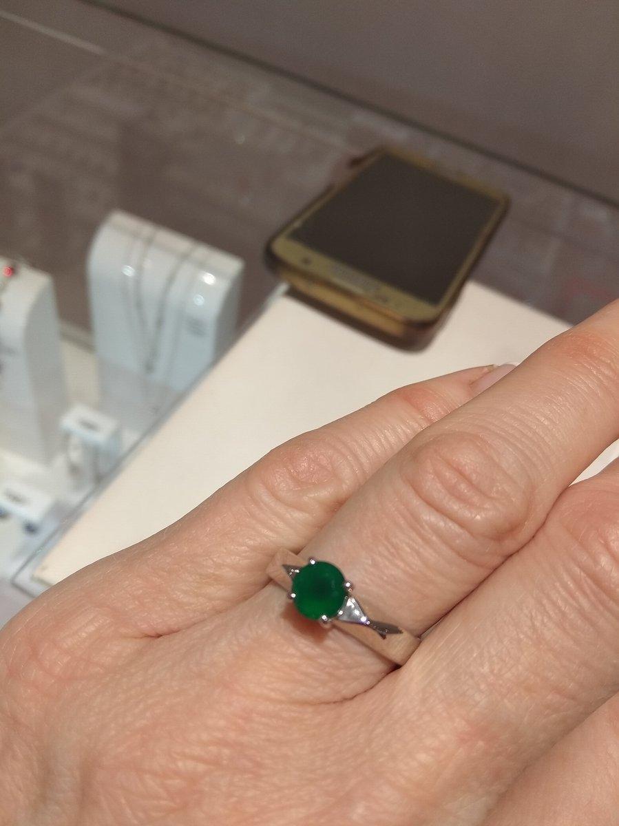 Кольцо купила для подруги в подарок, надеюсь ей понравится.