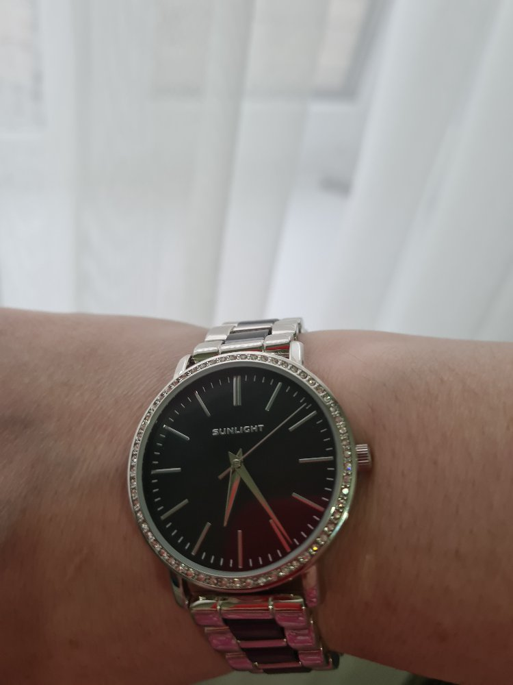 Часы с черным циферблатом