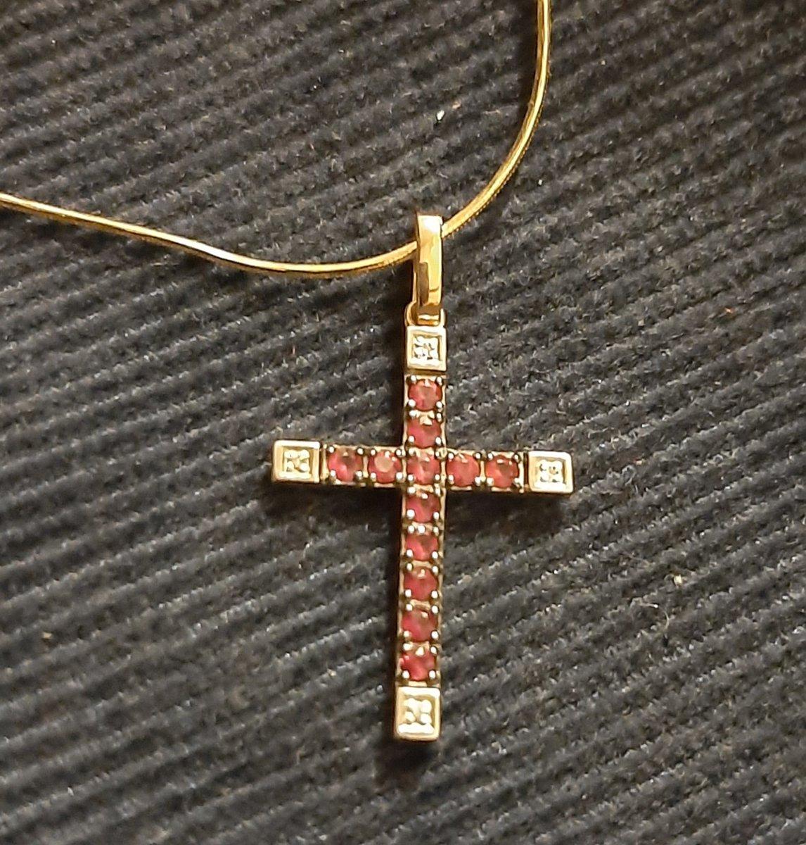 Элегантный крестик с рубинами и бриллиантами.
