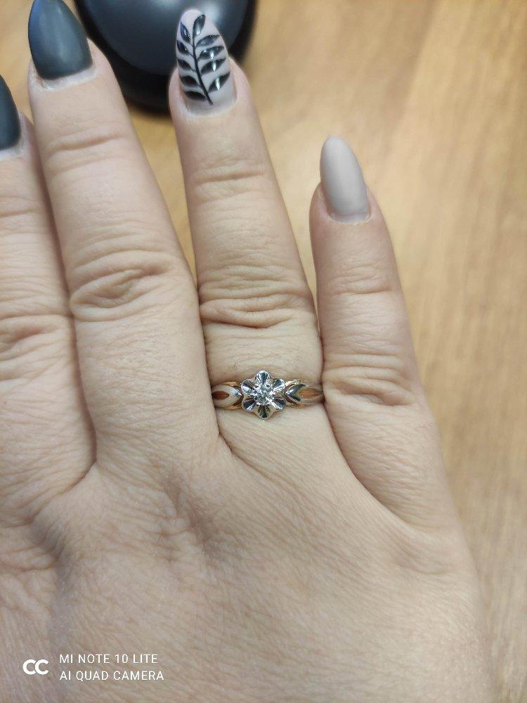 Нежное колечко с бриллиантом.