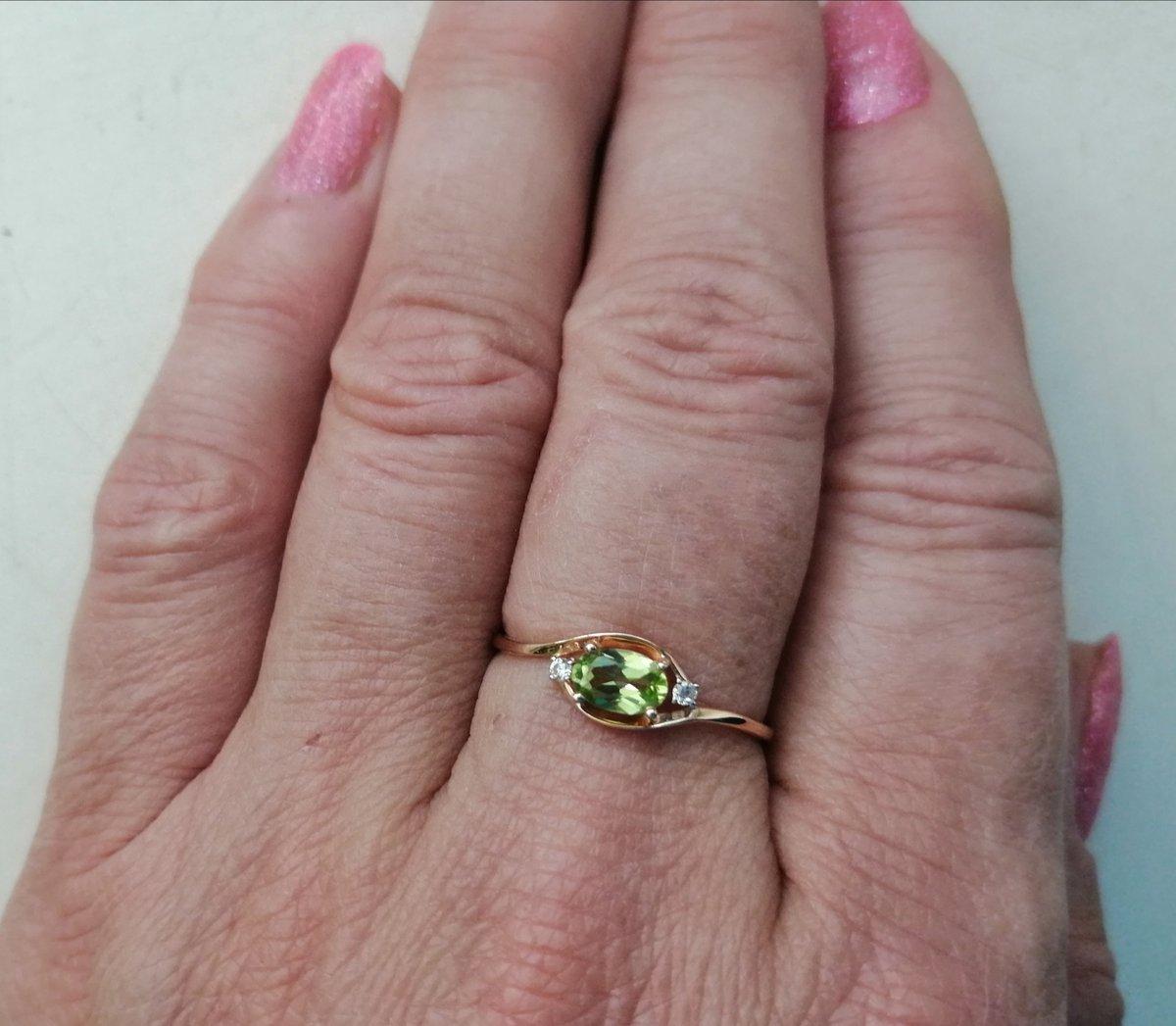 Кольцо с хризолитом и фианитами.
