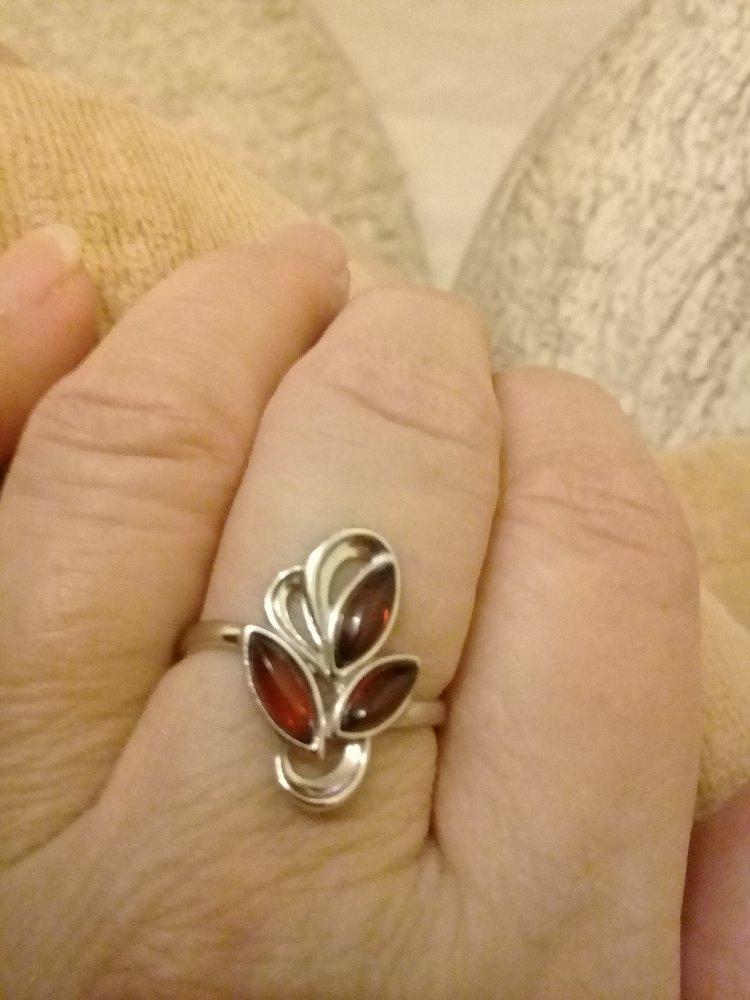 Серебряное кольцо с янтарем .