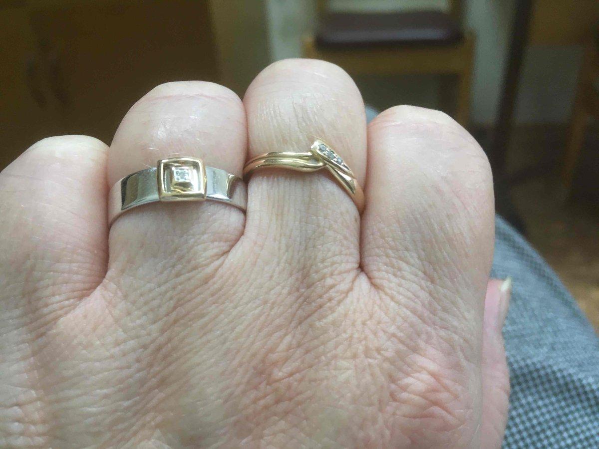 Кольцо классное смотретреться богато как печатка хоть брилеаты малы сияют