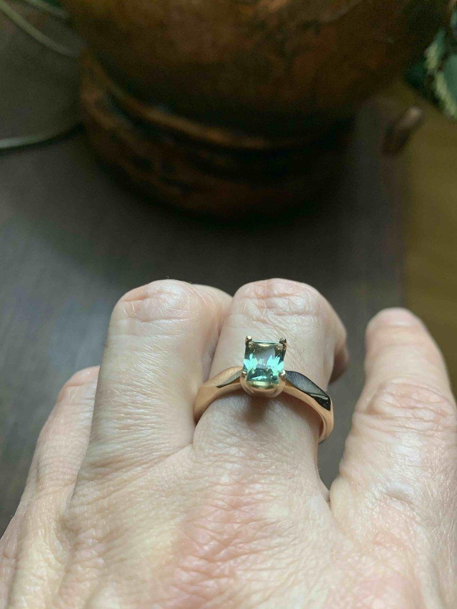 Элегантное , красивое кольцо .