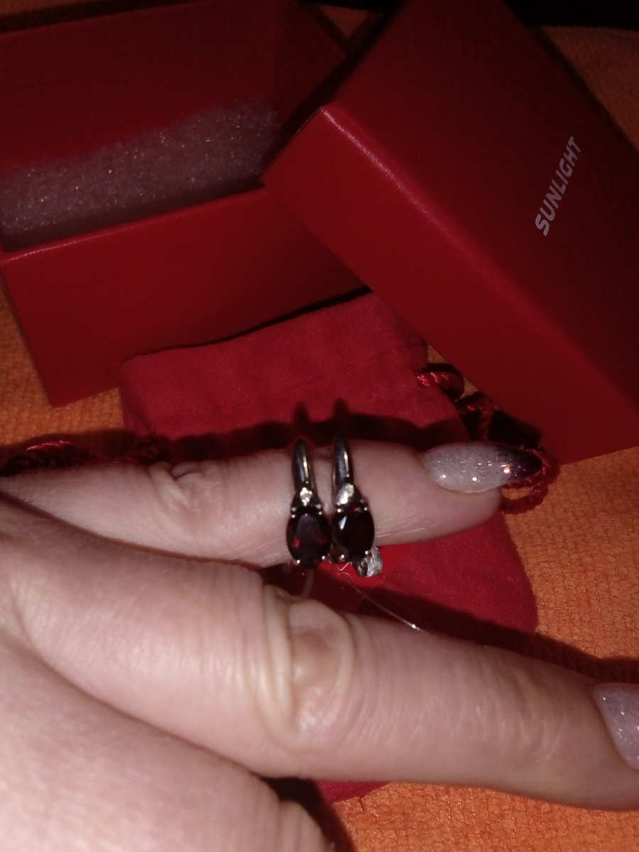 Серебряное кольцо с гранатом и бриллиантами.