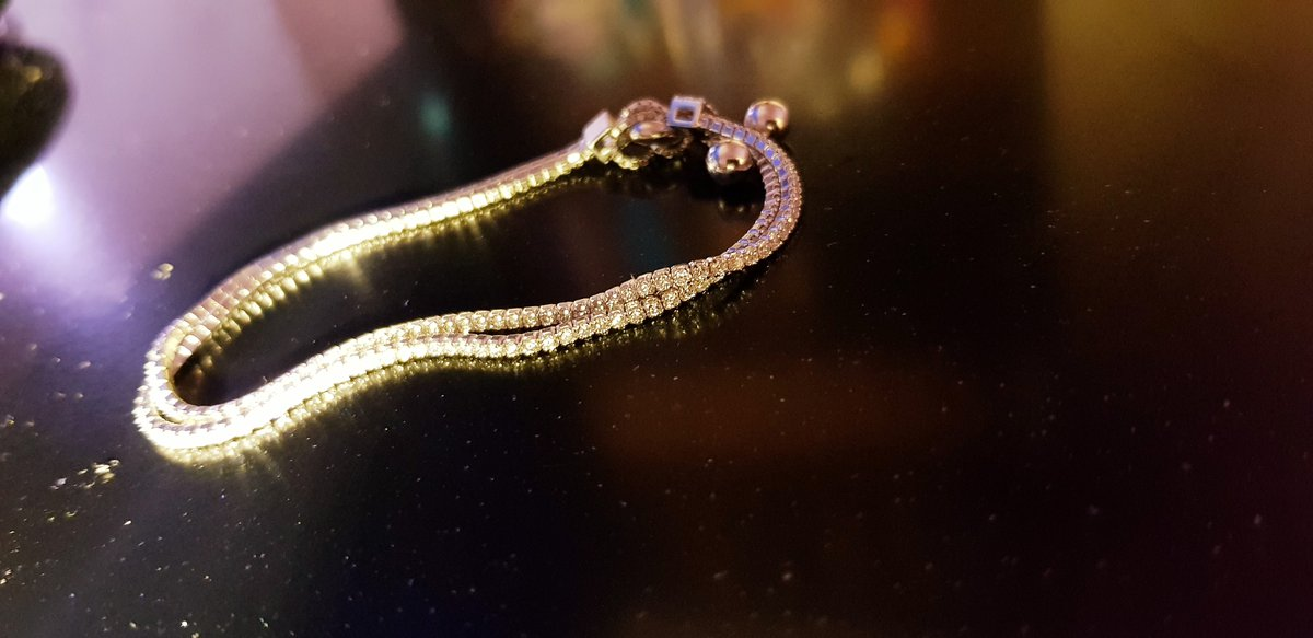 Очень изящный браслет. прекрасное украшение к празднику!