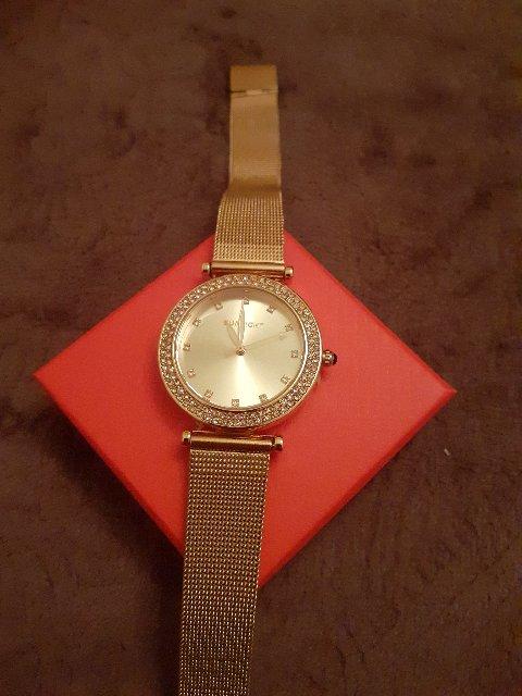 Очень красивые часы. купила на подарок. понравились!