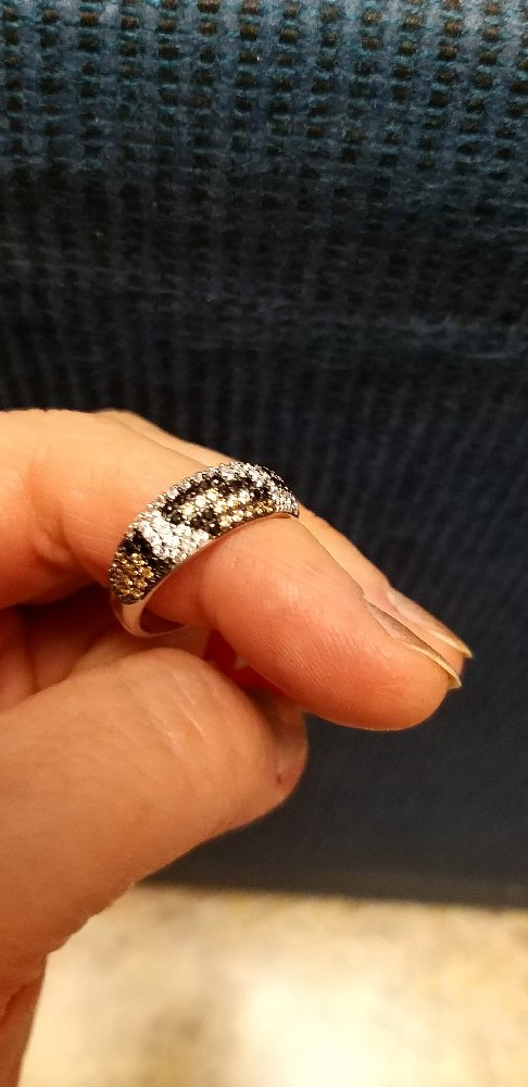 Кольцо с россыпью фианитов.