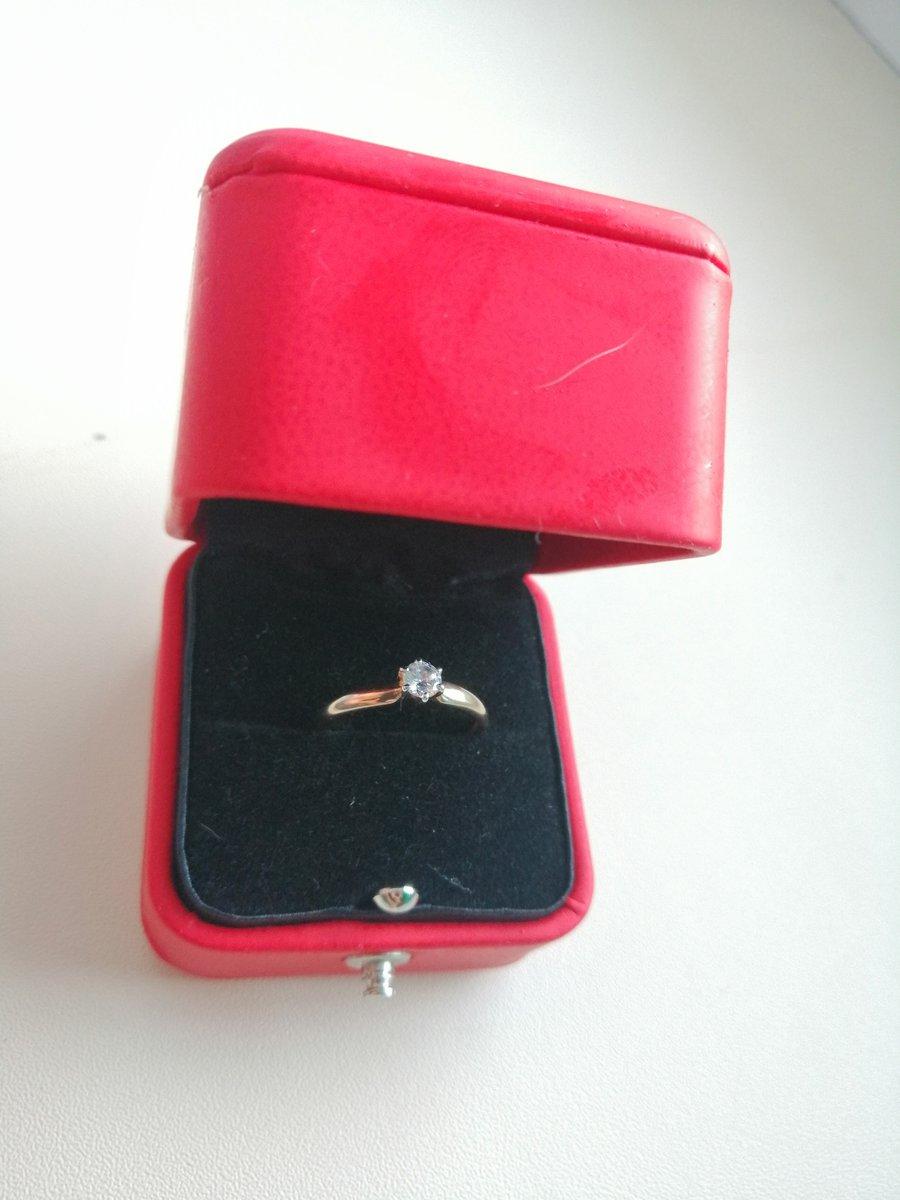 Кольцо для предложения руки и сердца.