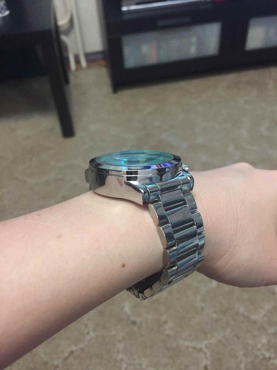 Часы показались громоздкими, но на руке смотрятся красиво.